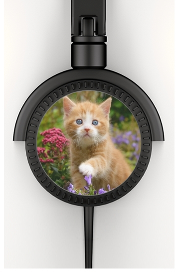 Cute ginger kitten in a flowery garden, lovely and enchanting cat para Auriculares estéreo