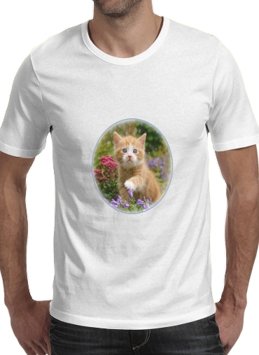Cute ginger kitten in a flowery garden, lovely and enchanting cat para Camisetas hombre