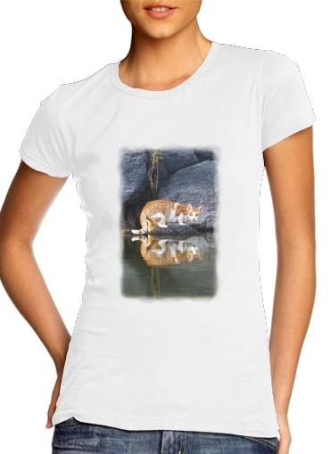 Cat Reflection in Pond Water para Camiseta Mujer