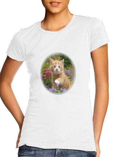 Cute ginger kitten in a flowery garden, lovely and enchanting cat para Camiseta Mujer