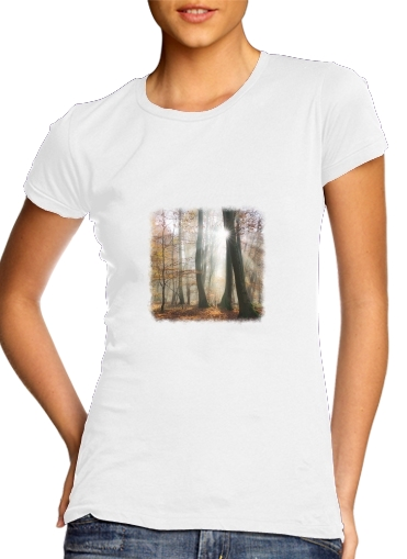 Sun rays in a mystic misty forest para Camiseta Mujer